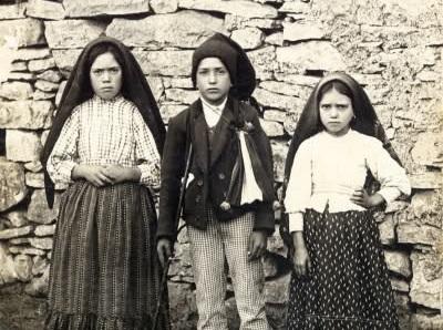 Lucia dos Santos (trái) với Francisco Marto và Jacinta, 1917.
