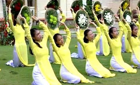 Các vũ khúc dâng hoa tôn vinh Đức Mẹ